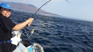 Yanti sedang fight dengan Ruby Snapper Alor I Fishing-mancing.com